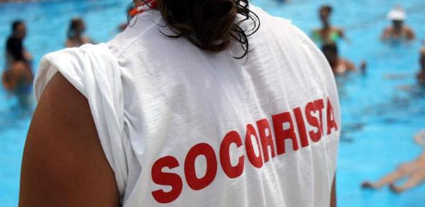 Chica con camiseta remangada en una piscina para labores de Socorrismo y salvamento acuático